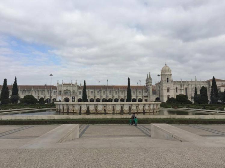 O Mosteiro com a praça linda que fica bem na frente